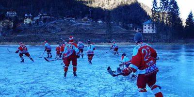 Un allenamento di hockey sul lago ghiacciato di Alleghe, sulle Dolomiti