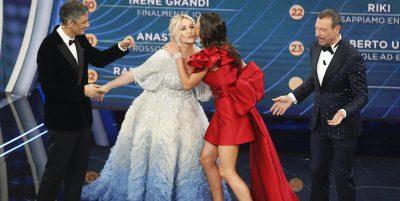 Sanremo: la scaletta di sabato e la classifica provvisoria