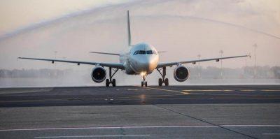 Cosa succede a chi deve prendere un aereo, con il coronavirus