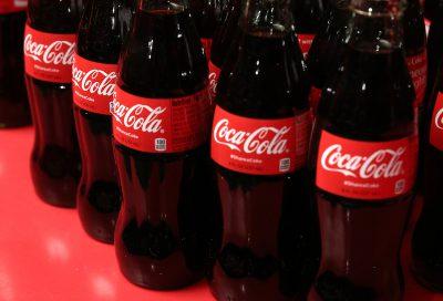 Diversi lotti di bottiglie di Coca-Cola sono stati richiamati perché potrebbero contenere filamenti di vetro