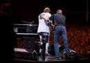 Il video di Elton John che deve interrompere il concerto perché è rimasto senza voce