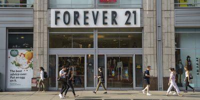 La catena di abbigliamento americana Forever 21, a rischio di fallimento, è stata comprata da tre società che vogliono rilanciarla