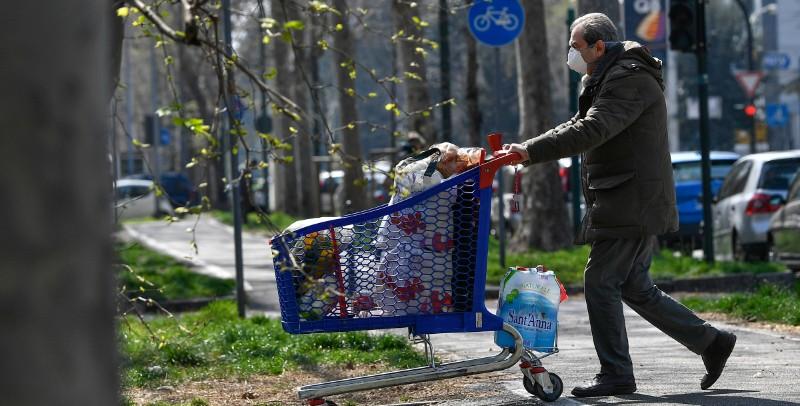 In Friuli Venezia Giulia sarà obbligatorio usare mascherine e guanti monouso nei negozi di generi alimentari - Il Post