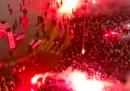 Il video dei tifosi del PSG radunati fuori dallo stadio durante una partita a porte chiuse