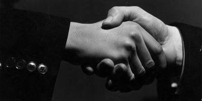 La storia della stretta di mano
