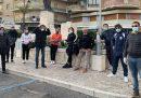 La giunta di Nettuno, in provincia di Roma, ha protestato in piazza contro l'accoglienza di 50 migranti, convincendo la prefettura a cancellare il trasferimento