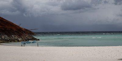 La storia della coppia in viaggio di nozze rimasta bloccata alle Maldive