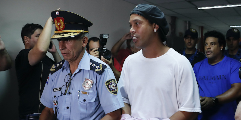 Ronaldinho è stato trasferito agli arresti domiciliari dalle autorità paraguaiane: era in carcere da un mese