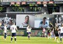 La partita di calcio danese con il pubblico sui maxischermi collegato su Zoom