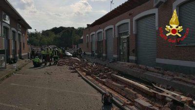 Tre persone sono morte ad Albizzate, in provincia di Varese, dopo il crollo di un cornicione