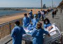 Le foto di un paziente guarito sul lungomare a Barcellona