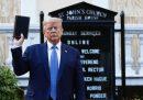 La conferenza stampa di Trump con Bibbia e lacrimogeni