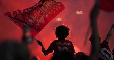 I festeggiamenti dei tifosi del Liverpool per la vittoria della Premier League