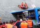 In Cina un autista si è lanciato con l'autobus in un lago perché gli avevano demolito la casa