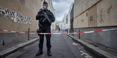 L'uomo che il 25 settembre ha accoltellato due persone a Parigi è stato accusato di terrorismo