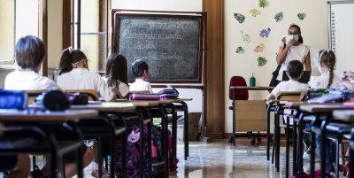 Studenti, insegnanti e operatori scolastici che abbiano avuto sospette infezioni da coronavirus dovranno sottoporsi al tampone prima di tornare a scuola