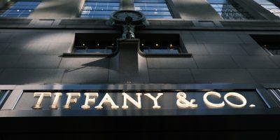La multinazionale francese del lusso LVMH ha detto che per ora non comprerà la nota azienda di gioielli Tiffany