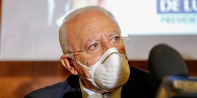 Da oggi al 4 ottobre in Campania è obbligatorio indossare la mascherina anche all'aperto