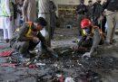 Diverse persone sono morte in seguito all'esplosione di una bomba in una scuola religiosa in Pakistan