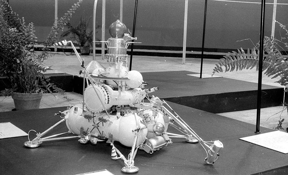 Un modello da esposizione del Luna 24 sovietico (Wikimedia)