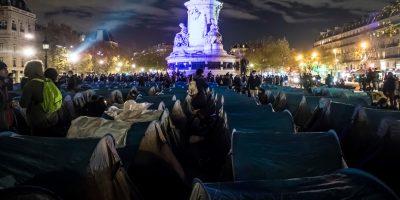 Il violento sgombero di un accampamento di migranti a Parigi