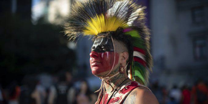 La storia del «genocidio culturale» dei popoli indigeni del Canada