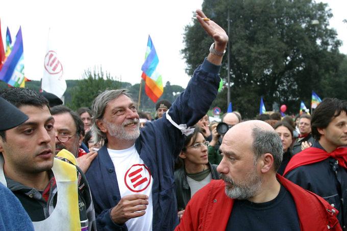 """Gino Strada durante una manifestazione contro la guerra in Iraq nel 2004, con al braccio lo """"straccio della pace"""" (ROBERTO MONALDO/LAPRESSE)"""