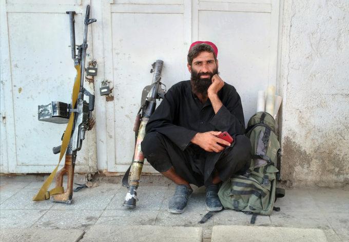 Un guerrillero talibán después de tomar la ciudad de Farah el 11 de agosto (AP Photo / Mohammad Asif Khan)