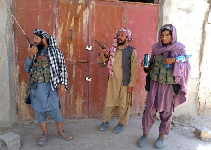 Tres talibanes en un puesto de control en la ciudad de Farah el 11 de agosto (Foto AP / Mohammad Asif Khan)